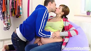 jovencita embaraza haciendo sexo