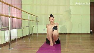Alluring Regina Blat is super flexible ballerina who loves exposing her twat