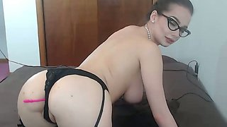 This curvy camgirl likes to wear glasses and she masturbates like a champ