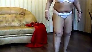 Voluptuous amateur granny exposes her curves on the webcam