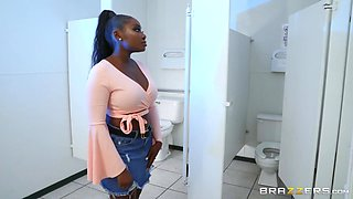 ebony hottie cheats at the gloryhole